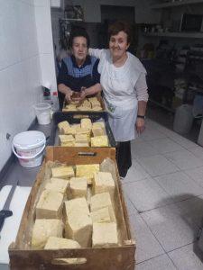 Mari Gloria y su hija de La Alqueria haciendo jabón